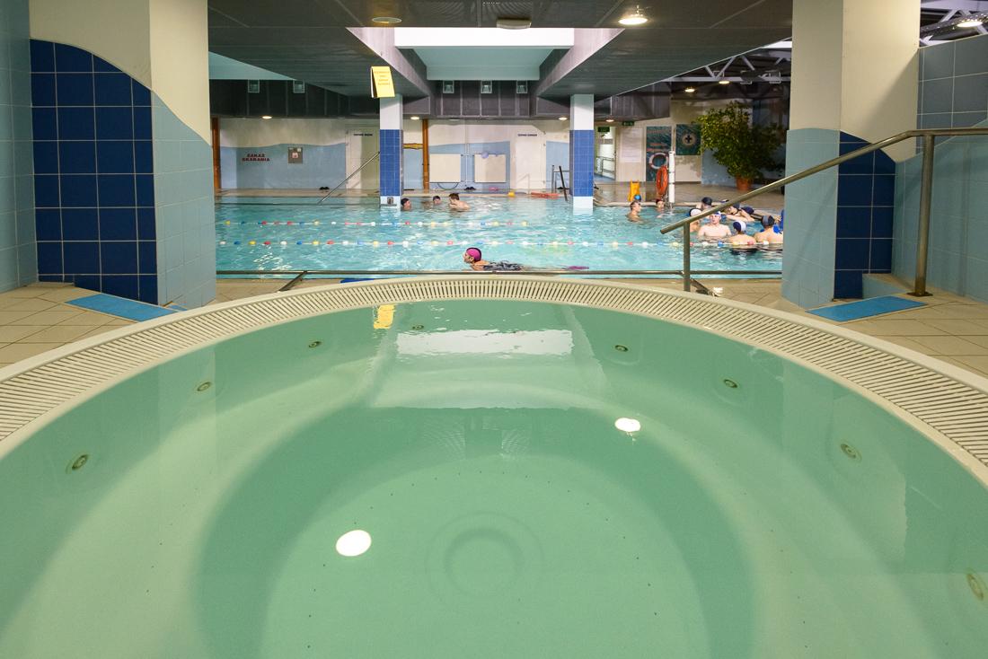 Sport: pływanie, basen w Stróżach, gmina Grybów